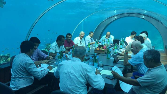 maldive underwater meeting The government of the maldives has held its first underwater cabinet meeting to attract international attention to the dangers of global warming.