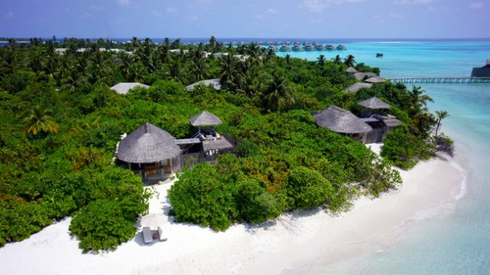 Encompassing Almost 2,000 Islands In The Heart Of The Indian Ocean, Maldives  Is Famous For Its Clear Blue Skies, Turquoise Waters And Powder Soft White  Sand ...